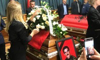Një ditë pas rivarrimit Leonora Jakupi viziton varrin e babait të saj: Sa mirë me të pas afër babë
