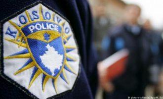 Polici i kap dy të rinjë duke konsumuar drogë, ata e sulmojnë me sprej